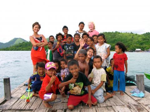 nila tanzil bersama anak-anak taman bacaan pelangi. sumber foto: images.jurnal.asia