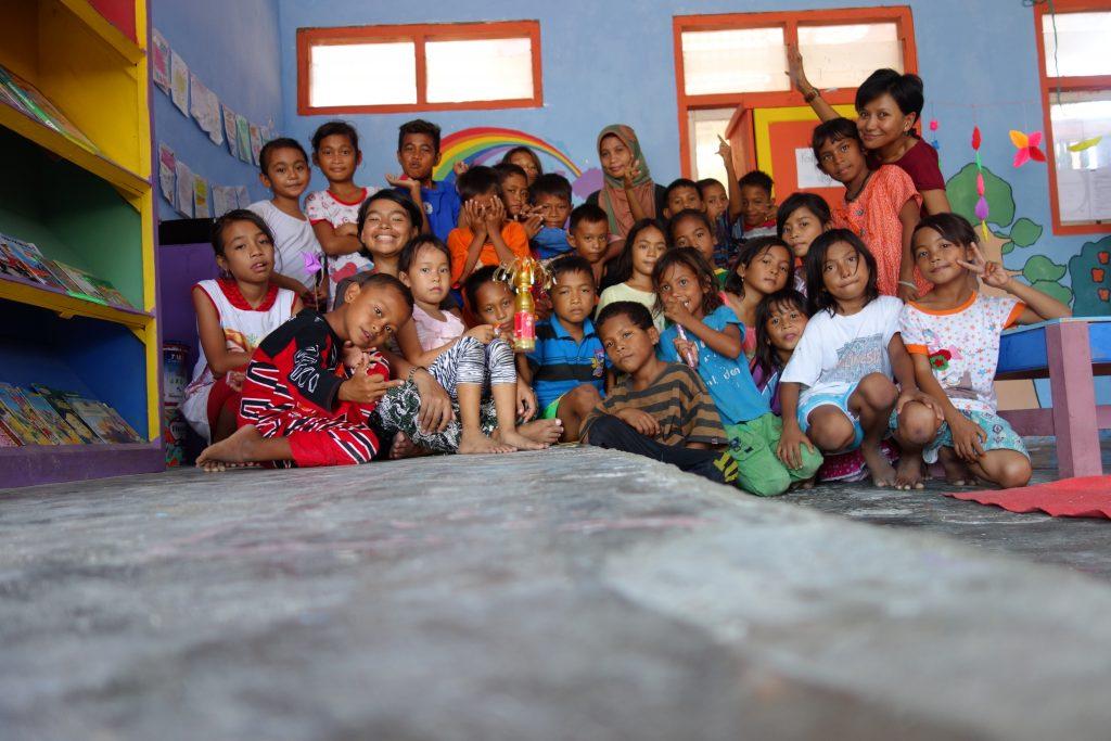 bersama bu esti, vindhya, dan anak-anak pulau messah sehabis belajar menggambar dan bercerita.
