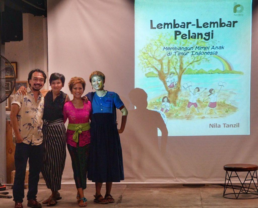 di launching buku 'lembar-lembar pelangi' karya nila tanzil di rumah sabur bali, bersama nila dan riyanni djangkaru, kami membacakan cerita-cerita membangun taman bacaan pelangi di timur indonesia yang ada di buku tersebut.