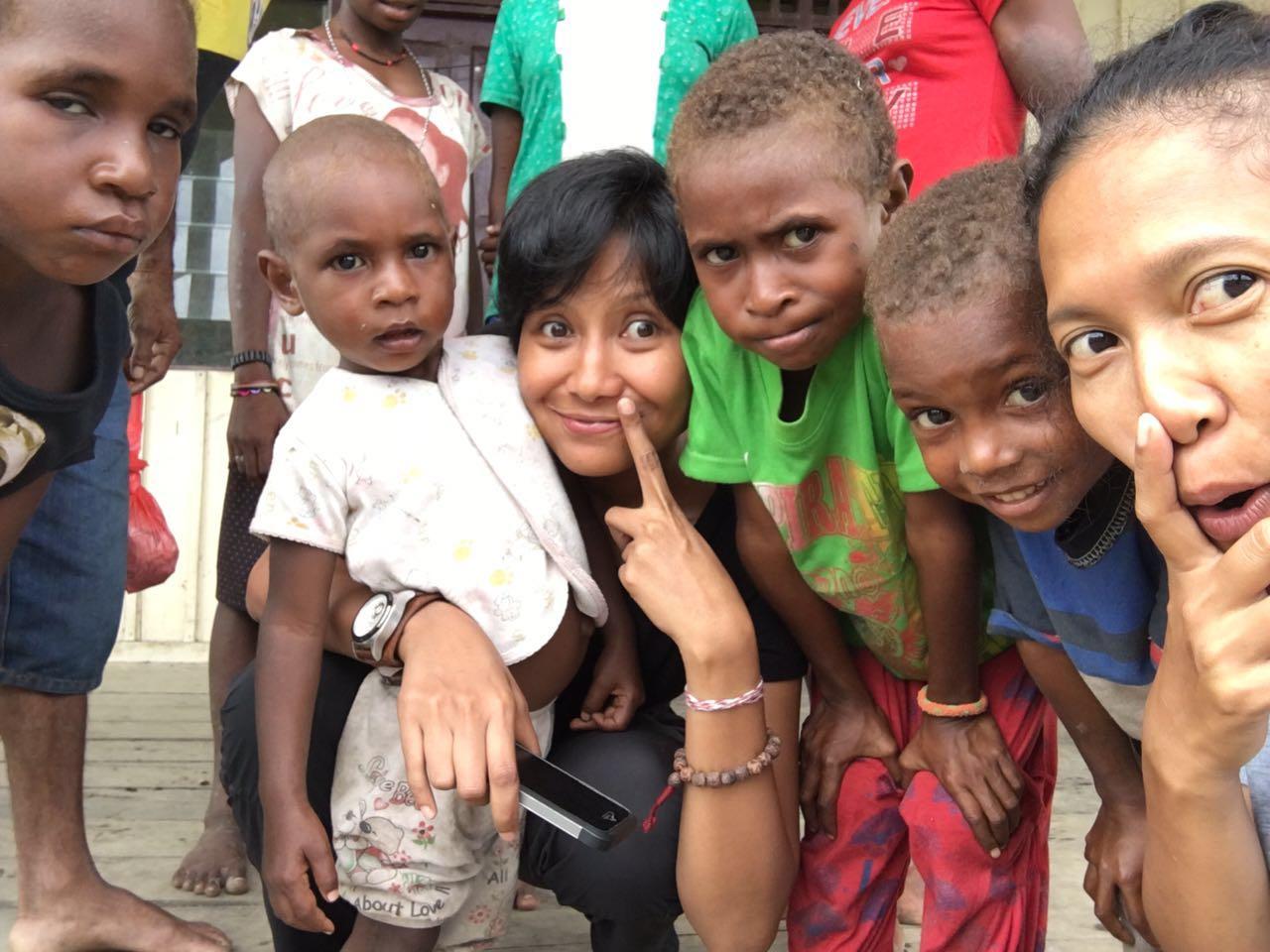 bersama anak-anak di desa salah satu desa yang berada di distrik suator, regensi asmat, papua barat, selagi menunggu kapal kayu yang kami tumpangi diperbaiki.