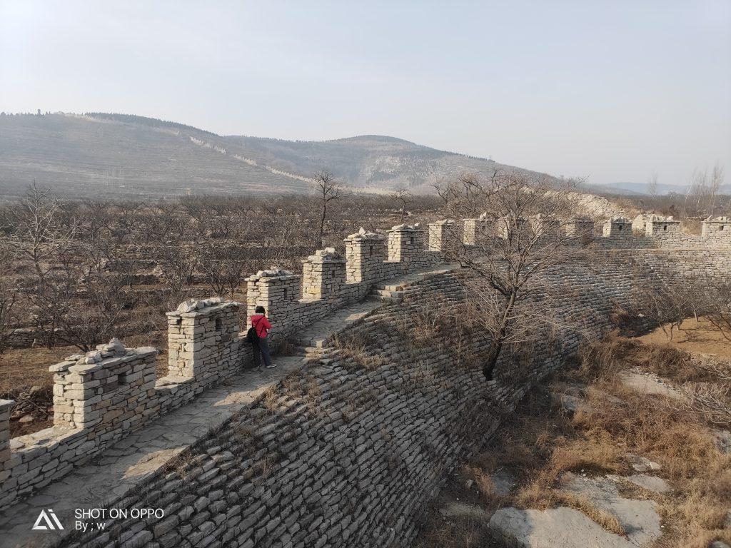 salah satu bagian tembok raksasa (the great wall) di provinsi shandong. meskipun sebagain besar tembok sudah tidak utuh, tetapi kita masih bisa menyusurinya.