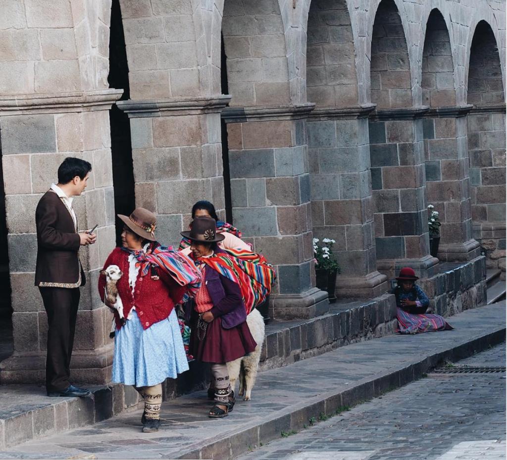 Di lorong-lorong kota tua Cusco, suku-suku asli Pegunungan Andes mudah ditemui.